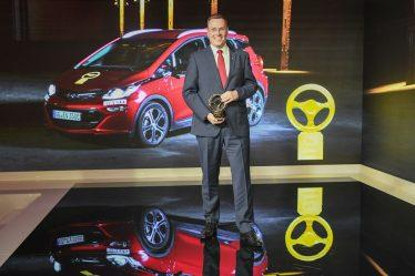 "Strahlender Sieger: Opel-Entwicklungschef Christian Müller mit dem ""Goldenen Lenkrad 2017"" für den Opel Ampera-e"