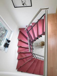 Multicolor-Stufen bringen kräftige Farbtöne ins Spiel, sind sehr abriebfest, pflegeleicht und dazu auch noch rutschsicher. Foto: Fuchs-Treppen, Herbertingen