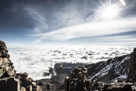 Hoch über den Wolken am Kilimandscharo: Stephan Siegrist überquert die Highline in 5.700 Metern über dem Meer / Bildnachweis: visualimpact.ch | Thomas Senf