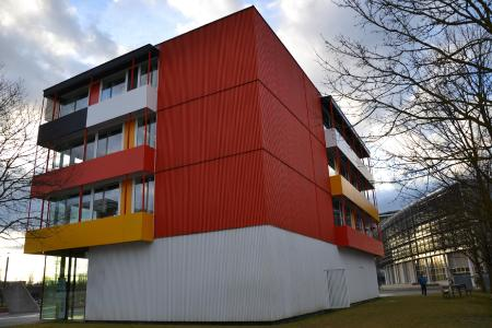 Die vorgehängte hinterlüftete Fassadenbekleidung erlaubt ein Spiel mit Farben und Oberflächenstrukturen bei einer konstruktiven Trennung von Dämmung und Witterungsschutz