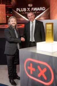 Seriensieger: Andreas Marx, Direktor Marketing Opel Deutschland, konnte zum vierten Mal in Folge die Most Innovative Brand-Trophäe von Plus X Award-Präsident Donat Brandt entgegennehmen © GM Company
