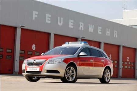 Opel auf der Rettmobil: Mit fünf Fahrzeugen gehört Opel bei der 11. RETTmobil in Fulda zu den Herstellern mit dem umfangreichsten Einsatzfahrzeug-Angebot für Polizei, Feuerwehr und Notarzt. Dieser Feuerwehr-Kommandowagen wird künftig von der Werksfeuerwehr in Rüsselsheim genutzt
