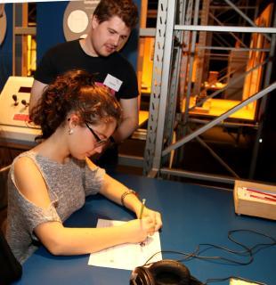 Studierende der FAU erklären die spannenden Experimente (©Foto: HJKrieg, hl-studios, Erlangen)