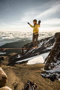 Ein Balanceakt: Stephan Siegrist bei seinem Weltrekord am Kilimandscharo / Bildnachweis: visualimpact.ch | Thomas Senf