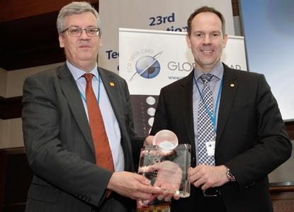 Global NCAP Generalsekretär David Ward (links) überreicht die Auszeichnung an Euro NCAP Präsident Andre Seeck, Abteilungsleiter Fahrzeugtechnik der Bundesanstalt für Straßenwesen (Foto: Global NCAP)