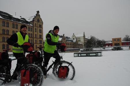 Vom sibirischen Winter sind Jörn Fischer (l.) und Klaus Benning schon Einiges gewohnt. Das Winterwetter in Osnabrück nehmen sie gelassen, wenn es nicht weitergeht, schieben sie ihre Räder