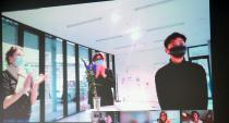 Applaus nach der Preisverleihung per Zoom-Konferenz: groß vl. Maud Zieschang, Fernweh Büro; Dr. Arne Zerbst, Präsident; Preisträger Sung-Ho Jo; unten links: Prof. Arnold Dreyblatt; Quelle: Muthesius Kunsthochschule/Anja Segschneider