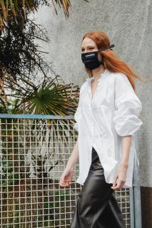 miamasuku® Alltagsmaske mit Gummi (Schwarz) Eleganz und Leichtigkeit ganz in dezentem Schwarz mit Gummischlaufen zur Befestigung hinter den Ohren. Unsere atmungsaktive Alltagsmaske aus 100% OEKO-TEX®-zertifizierter Baumwolle.