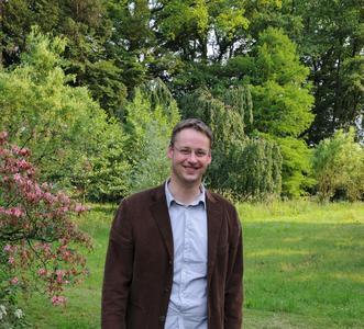 Nicht nur Parkpflege sondern auch Naturschutz ist hier möglich: Elmar Korsten im Klosterpark der Angelaschule
