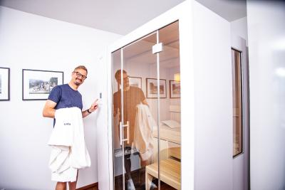 In seiner Zürcher Penthouse-Wohnung war die ausziehbare Sauna S1 von KLAFS die perfekte Lösung für den Sauna-Fan Studer.