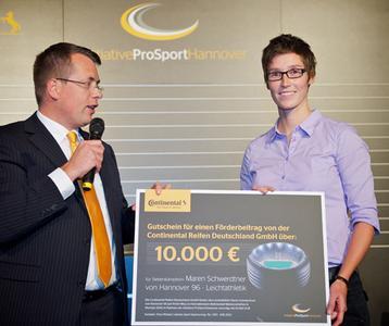 Timo Röbbel überreicht einen 10.000 EUR-Scheck an die Mehrkämpferin Maren Schwerdtner von Hannover 96 - Leichtathletik