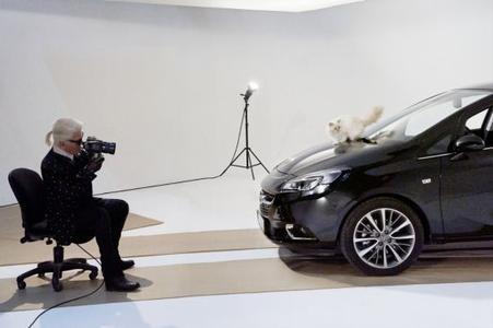Karl und Choupette Lagerfeld gemeinsam beim Shooting für den neuen Opel Corsa Kalender