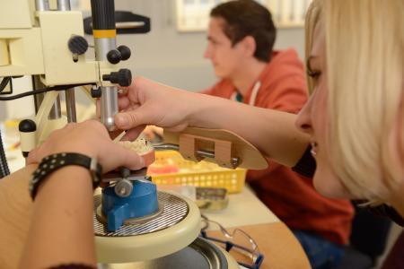 Das Studium der Dentaltechnologie an der Hochschule Osnabrück bietet hervorragende Berufsperspektiven in einer breiten, wachsenden Branche. Für einen technischen Studiengang eher selten: Frauen und Männer sind unter den Studierenden gleich stark vertreten (Foto: Hochschule Osnabrück / Hermann Pentermann)