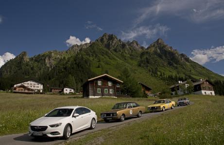 Aufstellung im Montafon: Der neue Opel Insignia Grand Sport mit seinen legendären Commodore-Ahnen der Baureihen A, B und C