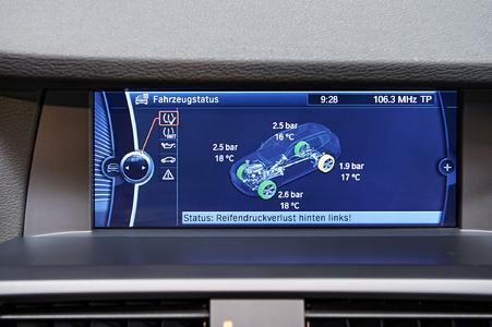 Mit dem richtigen RDKS wird der Druckabfall sofort im Fahrzeugcockpit angezeigt. Der Fahrer kann rechtzeitig reagieren und Unfälle vermeiden. Foto: Huf