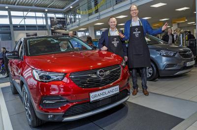 Vor Ort: Opel CEO Michael Lohscheller (rechts) und Opel Deutschland-Chef Jürgen Keller (links) bei Auto Jacob in Rüsselsheim