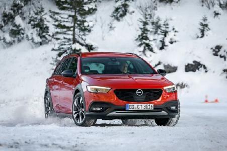 So macht der Winter mit Sicherheit Spaß: Im Opel Insignia Country Tourer mit adaptivem Allradantrieb samt Torque Vectoring – auszutesten beim Winterfahrtraining von Opel im österreichischen Thomatal