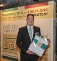 Benjamin Schätzle (stellv. Hoteldirektor) nimmt die Urkunde für das Seminaris CampusHotel Berlin entgegen. Urheber: TOP 250 Tagungshotels