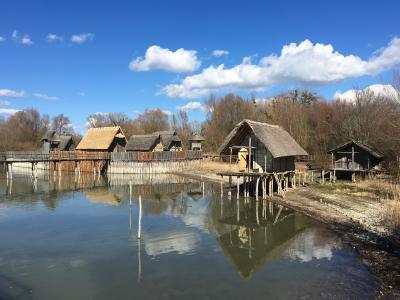 23 Pfahlbauhäuser sind im Pfahlbaumuseum Unteruhldingen am Bodensee rekonstruiert worden