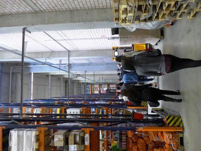 Logistik-Studierende bei einer Exkursion im Hochregallager eines Lebensmittelhändlers / Quelle: Hochschule für Wirtschaft und Gesellschaft Ludwigshafen