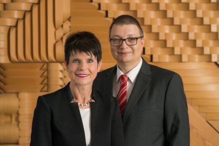 Agenturchef Thomas Helm verabschiedet seine Stellvertreterin Claudia Hermsen und dankt ihr für die ausgezeichnete und vertrauensvolle Zusammenarbeit