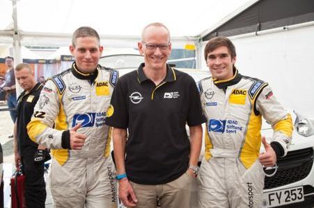 Erfolgstrio: Marijan Griebel und Alexander Rath mit Opel-Chef Dr. Karl-Thomas Neumann