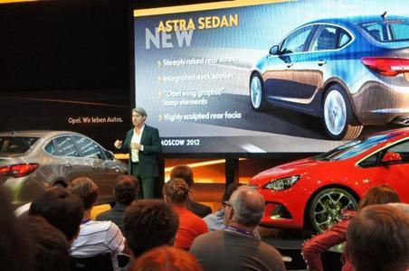 Vier Weltpremieren zum Moskauer Auto-mobilsalon: Opel Design Director Malcolm Ward präsentiert die neue Astra-Familie
