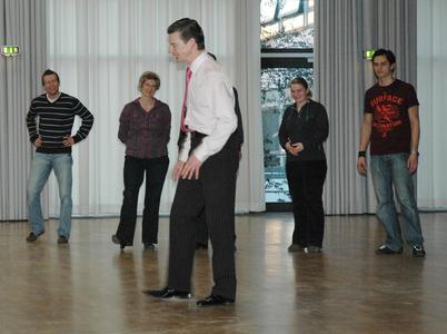 Wie war das noch gleich? Studierende der FH wurden von Michael Hull fit für den großen Ball gemacht.
