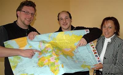 Da geht es lang (v. l.): Klaus Benning und Jörn Fischer zeigen FH-Vizepräsidentin Prof. Dr. Marie-Luise Rehn ihre Reiseroute auf der Karte