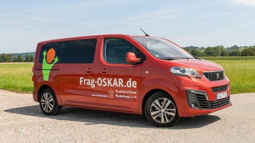 Der PEUGEOT Traveller macht als OSKAR-Mobil auf das Hilfeportal Frag-OSKAR.de für Familien schwer kranker Kinder aufmerksam. Bildquelle: Dirk Neumann