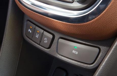 Mit dem neuen Mokka führt Opel zum ersten Mal zahlreiche exklusive Fahrerassistenzsysteme, die sich durch ihre deutsche Ingenieurskunst auszeichnen, im subkompakten SUV-Segment ein. Zu den Systemen, die per Knopfdruck aktiviert werden können, zählen beispielsweise der Parkassistent (Taste links), der Spurassistent (Mitte)