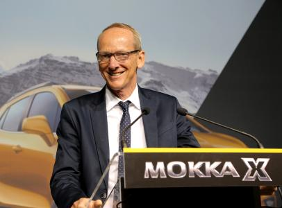 After the ceremony: Opel CEO Dr. Neumann took the opportunity to talk to the workforce during a town hall meeting