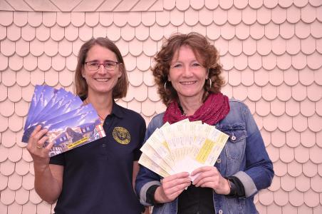 """Susanne Bolduan (Präsidentin SI Lauterbach-Vogelsberg,links) und """"Nie wieder Krieg!""""-Projektleiterin Ute Kirst mit den Postkarten (Foto: SI/Deibel)"""
