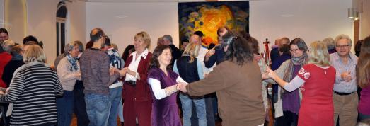 Singen und Tanzen: Heilsames Singen in der Gruppe gibt Selbstwertgefühl sowie sozialen Halt und bringt Lebensfreude