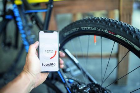 Die Messung ist denkbar einfach – Handy mit gestarteter Tubolito-App an den Chip halten und Reifendruck ablesen