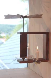 Wandpyramide in Nussbaum: Warmes Licht von innen nach außen