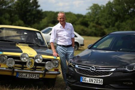 50 Jahre Opel-Kompaktklasse: Opel-Chef Dr. Karl-Thomas Neumann mit einem Kadett B von 1965 und einem brandneuen Astra