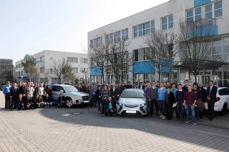 Die 60 Teilnehmer der diesjährigen DRIVE-E-Akademie besuchten heute das Opel-Forschungs- und Entwicklungszentrum für Alternative Antriebe in Mainz-Kastel. Nach einem Vortrag zum Thema Elektromobilität bei Opel und intensiver Diskussion besichtigte die Gruppe die Labore und unternahm Testfahrten mit dem Opel Ampera sowie dem Opel HydroGen4 Brennstof