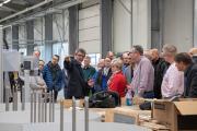 Otmar Knoll führte die Gäste persönlich durch die Produktion und erläuterte die einzelnen Fertigungsschritte.
