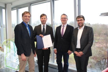 Freuen sich auf die weitere Zusammenarbeit (v.l.): Prof. Dr. Andreas Bertram, Honorarprofessor Dr. Mark von Wietersheim, Prof. Dr. Bernd Lehmann, Prof. Martin Thieme-Hack