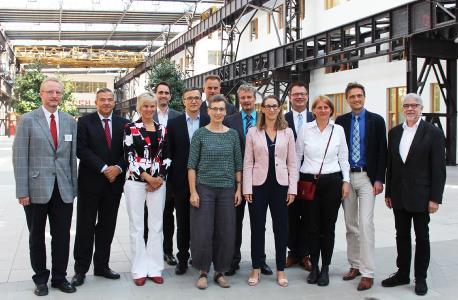 Hochschulpräsident Prof. Dr. Andreas Bertram (2.v.r.) begrüßte zusammen mit Studiendekan Prof. Dr. Michael Ryba (1.v.l.), den Vizepräsidenten Prof. Dr. Thomas Steinkamp (2.v.l.), Prof. Dr. Alexander Schmehmann (6.v.l.) und Prof. Dr. Bernd Lehmann (4.v.r.) die neuen Lehrenden und verabschiedete einen Professor in den Ruhestand
