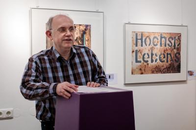 Autor und Fotograf Olaf Eybe eröffnete die Vernissage mit einer Lesung zum Holocaust-Gedenktag / Foto: Stefan Dolge