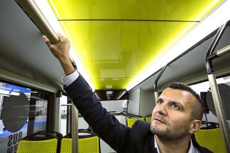 Die innovativen Handgriffe aus einer antimikrobiellen Kupferlegierung schützen die Fahrgäste des modernen Stadtbusses Solaris vor unerwünschten Keimübertragungen / Bild: Solaris
