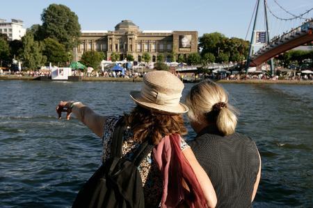 Besucher des Frankfurter Museumsuferfestes mit Blick auf das Städel Museum / Foto: Tourismus+Congress GmbH Frankfurt am Main