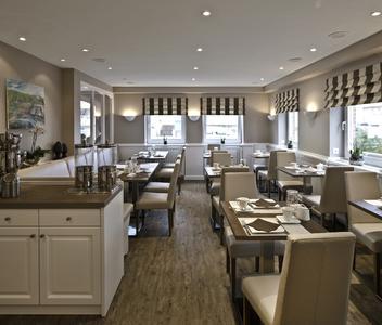 Auch im Frühstücksraum ergeben die Anstriche auf unterschiedlichen Untergründen ein harmonisches Bild, Foto: Caparol Farben Lacke Bautenschutz/Martin Duckek