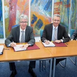 Landrat Dr.Christoph Schnaudigel und der Vorsitzende der Agentur für Arbeit, Ingo Zenkner, unterzeichneten heute den Gründungsvertrag zur Einrichtung des gemeinsamen Jobcenters im Landkreis Karlsruhe