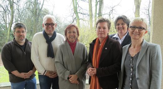 Prof. Dr. Marie-Luise Rehn (3. von links), Dekanin der Fakultät Wirtschafts- und Sozialwissenschaften und Vizepräsidentin der Hochschule Osnabrück, begrüßte die Gastwissenschaftler Prof. Dr. Wilfried Schnepp (2. von links) und Sabine Metzing (3. von rechts) aus Witten/Herdecke. Im Rahmen der engen Kooperation mit der Hochschule Osnabrück haben Prof. Dr. Andreas Büscher (links), Prof. Friederike zu Sayn Wittgenstein (2. von rechts) und Prof. Dr. Claudia Hellmers Gastprofessuren in Witten/Herdecke inne