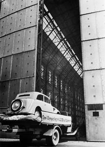 44816: Die Tore öffnen sich: Der Olympia auf dem Weg in den Riesenhangar des Luftschiffes