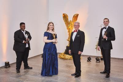 Dr. Manfred Wittenstein, Aufsichtsratsvorsitzender der WITTENSTEIN SE (2. Von rechts) mit den drei Gewinnern von DEBUT 2020  / Bild: ©DEBUT Concerts GmbH/ Fotograf Ludwig Olah):