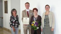 Jubilarin Lydia Stöhr (2. v.r.) mit Claudia Blank (Personalreferentin), Dr. Stefan Raueiser (Leiter) und Barbara Jahreiß (Abteilungsleitung Etage) (v.l.n.r.). TrueP1120773.JPGJubilarin Lydia Stöhr (2. v.r.) mit Claudia Blank (Personalreferentin), Dr. Stefan Raueiser (Leiter) und Barbara Jahreiß (Abteilungsleitung Etage) (v.l.n.r.). (Foto: Kloster Irsee / Dennis Schmitz)
